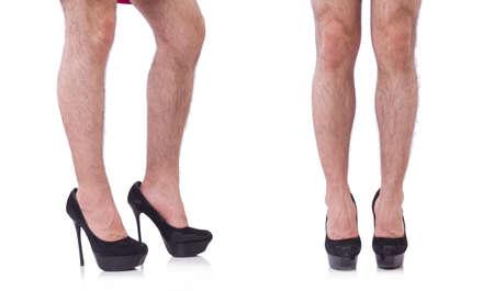 Uomo che indossa scarpe da donna isolate su bianco