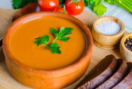 La pappa al pomodoro preparata secondo la tradizione italiana