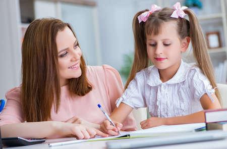 Mère aidant sa fille à faire ses devoirs Banque d'images