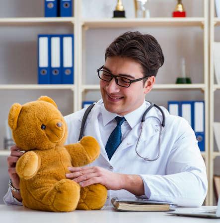 Médico pediatra veterinario sosteniendo un examen en el apagado Foto de archivo