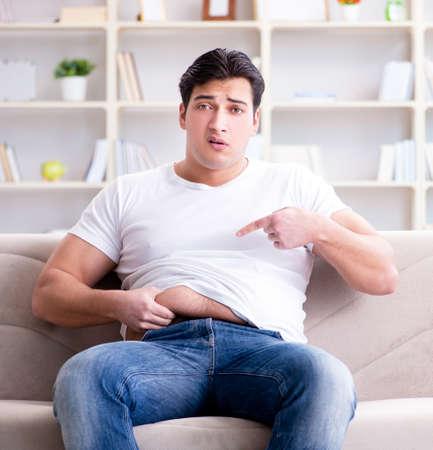 Homme souffrant de maux d'estomac et de vomissements