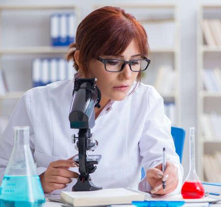 Female scientist researcher conducting an experiment in a labora Stock fotó