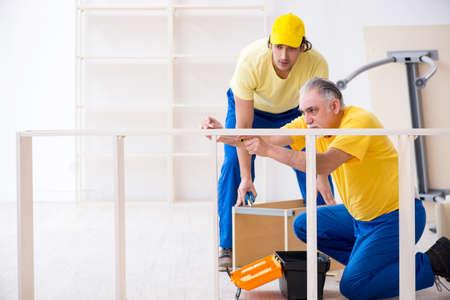 Dos carpinteros contratistas que trabajan en interiores Foto de archivo