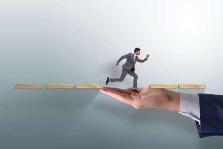 Geschäftsmann im Karriereunterstützungskonzept