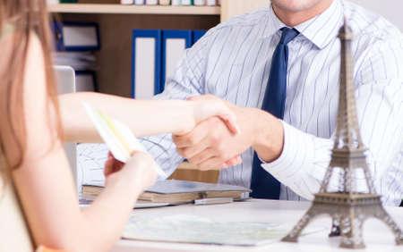 Male travel agent with customer in agency Zdjęcie Seryjne
