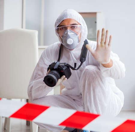 Forensischer Experte am Tatort, der Ermittlungen durchführt