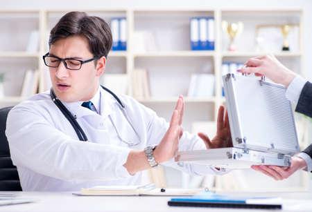 Joven médico en concepto de fraude de seguros médicos Foto de archivo