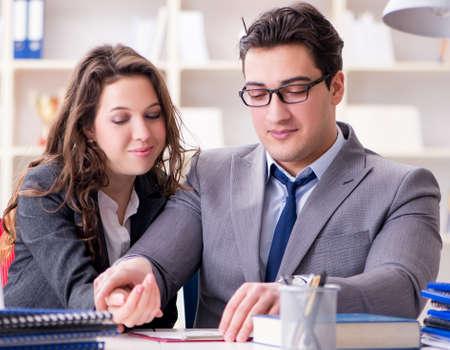 Szczęśliwa para pracująca w tym samym biurze