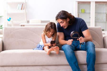 Wütender Vater bestraft seine Tochter
