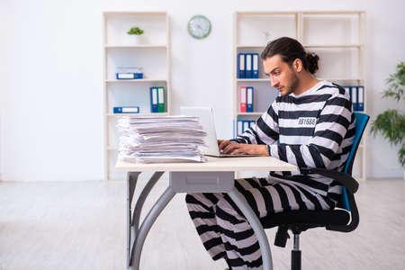 Junge Mitarbeiter fühlen sich wie Gefangene bei der Arbeit