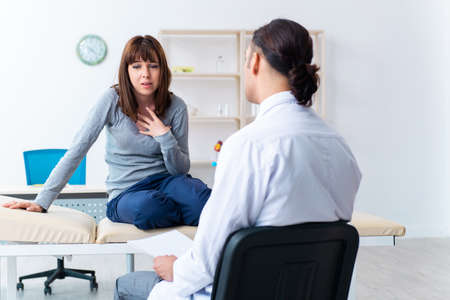 Mentally ill woman patient during doctor visit Stockfoto