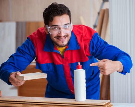 Jeune menuisier réparateur travaillant avec de la peinture