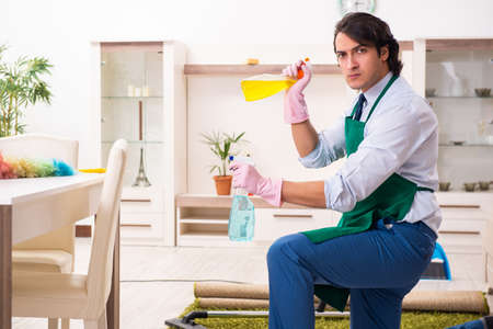 Young businessman cleaning the house Foto de archivo - 134292077