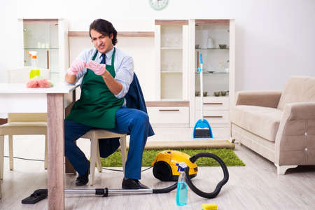 Young businessman cleaning the house Foto de archivo - 134292496