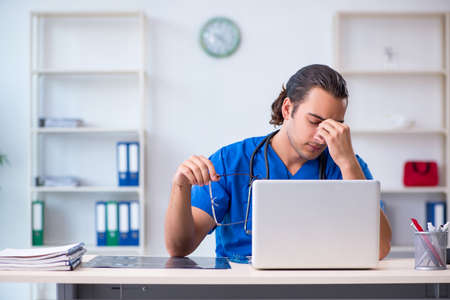 Young male doctor working in the clinic Banque d'images