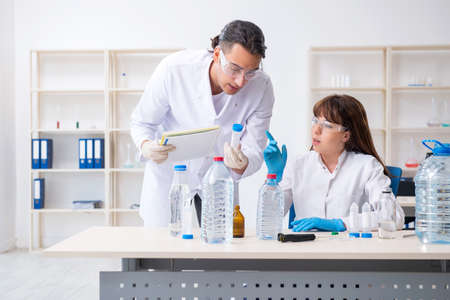 Dos químicos que trabajan en el laboratorio.