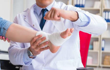 Il medico e il paziente durante il check-up per infortunio in ospedale