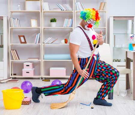 Grappige clown die thuis het schoonmaken doet