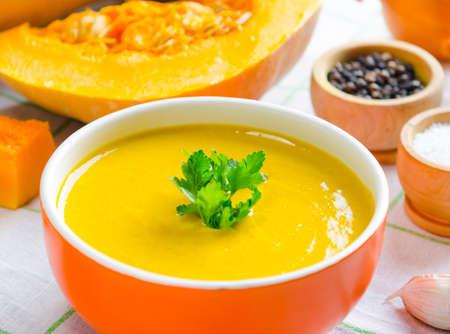 La soupe de potiron servie sur la table dans un bol Banque d'images