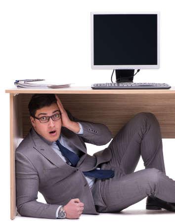 Geschäftsmann versteckt sich im Büro