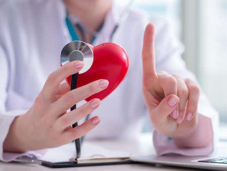 Arzt überprüft Herz im medizinischen Konzept medical