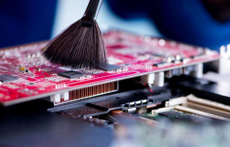 Reparador que trabaja en soporte técnico, fijación de computadora portátil tr