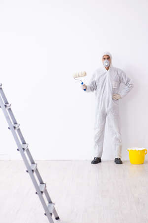 Maler, der auf der Baustelle arbeitet