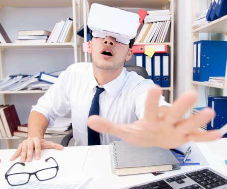 El empleado viendo una película en gafas de realidad virtual vr.
