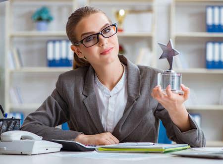 Kobieta bizneswoman szef księgowa pracująca w biurze