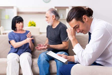 Old couple visiting psychiatrist doctor Zdjęcie Seryjne