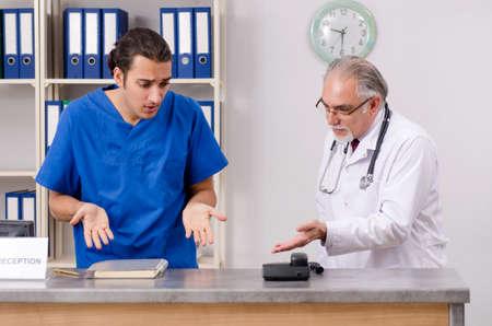 Two doctors talking at the reception in hospital Foto de archivo