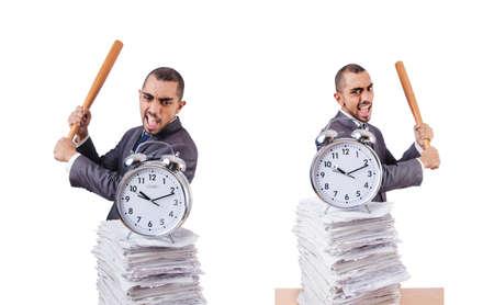 Wütender Mann mit Stapel Papiere und Baseballschläger isoliert am Pfingstmontag