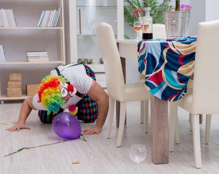 Der betrunkene Clown, der zu Hause eine Party feiert