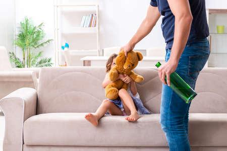 Betrunkener Vater im Konzept des häuslichen Kindesmissbrauchs und der Gewalt Standard-Bild