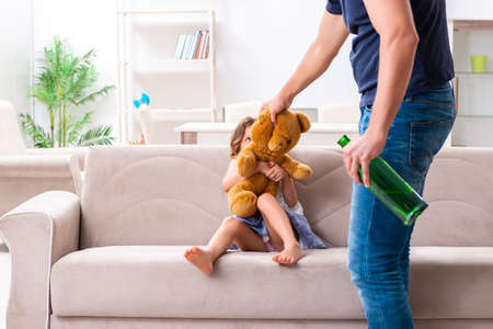 Père ivre dans le concept de violence et de violence envers les enfants domestiques Banque d'images