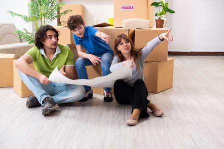 Familia joven mudarse a piso nuevo