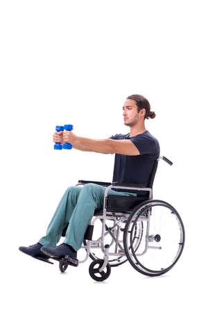 Jonge gehandicapte man doet fysieke oefeningen op wit wordt geïsoleerd