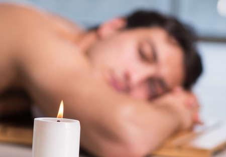 Jonge knappe man tijdens spa procedure Stockfoto