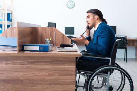 Young male employee in wheel-chair Zdjęcie Seryjne