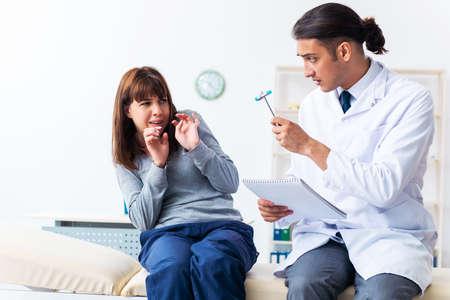 Patiente malade mentale lors d'une visite chez le médecin