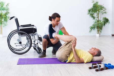 Old injured man doing exercises indoors Zdjęcie Seryjne - 138644568