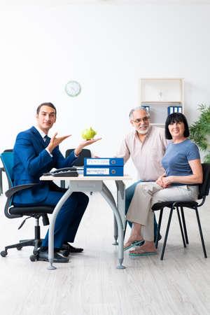 Doradca finansowy udzielający porad emerytalnych starszej parze Zdjęcie Seryjne