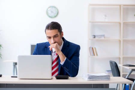 Young male businessman sitting in the office Banque d'images