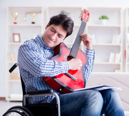 Disabled man playing guitar at home Banque d'images - 138810600