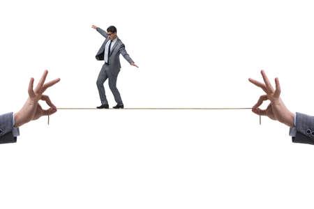 Der Geschäftsmann, der auf engem Seil geht
