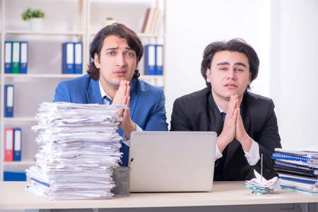 Two male colleagues unhappy with excessive work Foto de archivo - 139416370