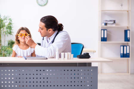 Young doctor pediatrician with small girl Imagens