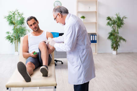 Young male patient visiting experienced doctor Stockfoto