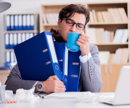 Homme d'affaires malade souffrant d'une maladie au bureau