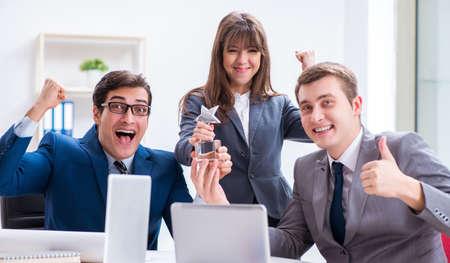 Réunion d'affaires avec des employés au bureau